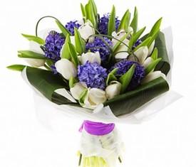 букет из цветов тюльпанов и гиацинтов