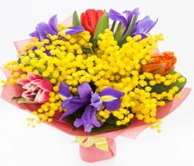 букет из цветов тюльпанов, ирисов и мимозы