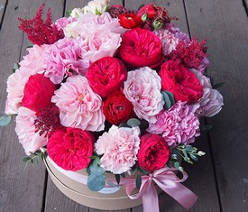 Пионовидные розы в шляпной коробке