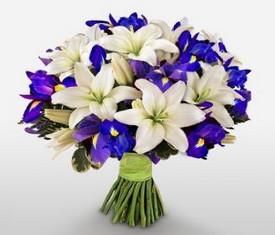 букет из цветов ирисов и лилии