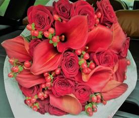 Букет из цветов красных калл и розы