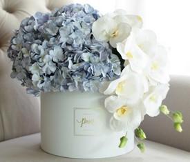 цветы орхидеи и гортензии в шляпной коробке