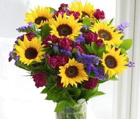 букет из цветов подсолнухов и гвоздики