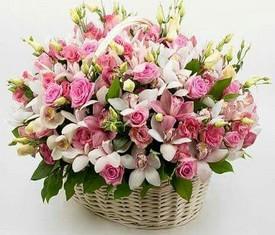 корзина белые и розовые орхидеи с кустовыми розами и лизиантусами