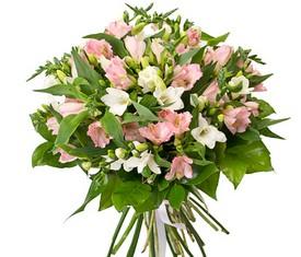 букет из цветов белой фрезии и розовой альстромерии