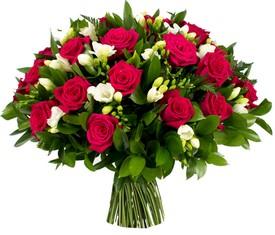 букет из 19 белых фрезий и 10 бордовых роз