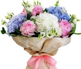 букет из цветов гортензии микс, розовых пионов и белых лизиантусов