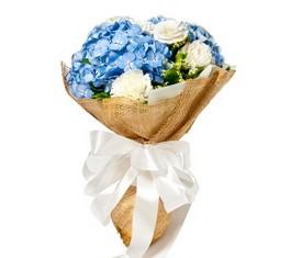букет из цветов голубой гортензии и белых лизиантусов