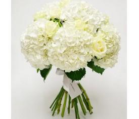 букет из цветов белой гортензии и белой розы