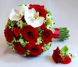 свадебный букет невесты из красной розы и белой орхидеи фаленопсис
