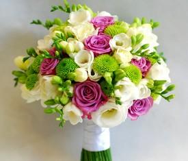 свадебный букет невесты из белой фрезии, зеленой хризантемы и розовой розы
