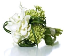 свадебный букет невесты из зеленой гортензии и белых калл