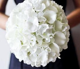 Свадебный букет невесты из белой гортензии и белых калл