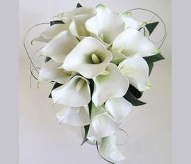 свадебный букет невесты из 19 белых калл и зелени