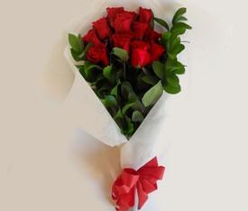 Букет из 11 алых Роз и рускуса