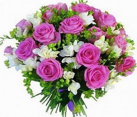букет из цветов фрезии и розы