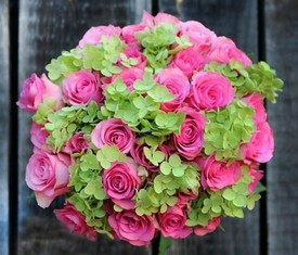 букет из зеленой гортензии и розовых роз