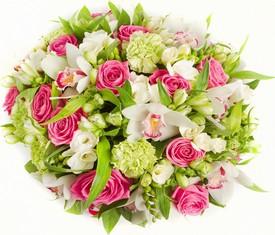 букет из белой фрезии, розовых роз, орхидеи цимбидиум, гвоздики и зелени