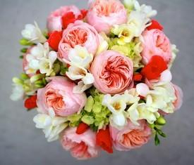 букет из цветов фрезии и пионовидной розы