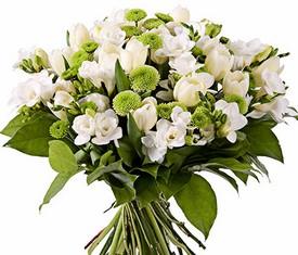 букет из белой фрезии и зеленой хризантемы