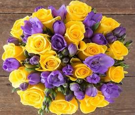букет цветов из лиловых фрезий и желтых роз