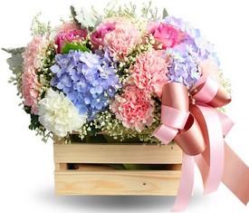 цветы гортензии и гвоздики в подарочном ящике