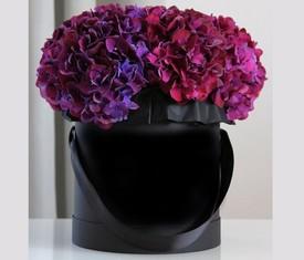 цветы гортензии в шляпной коробке