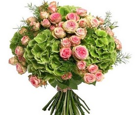 букет из цветов зеленой гортензии и розовой кустовой розы