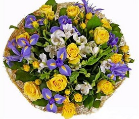 букет из цветов ирисов альстромерии и розы