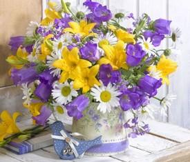 букет из голубых колокольчиков, ромашек и лилии
