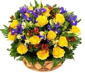 корзина из синих ирисов, желтой розы и белой альстромерии