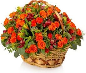 корзина садовая из оранжевых кустовых роз и бордовых орхидей цимбидиум