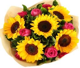 букет из 5 подсолнухов и 10 розовых роз