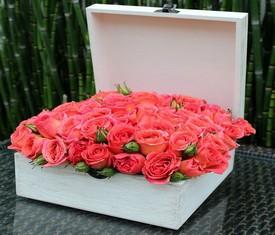 розовые розы в шкатулке