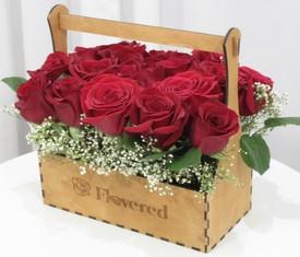 красные розы в подарочном ящике