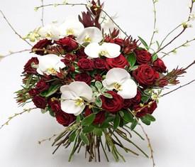 букет из белой орхидеи фаленопсис и бордовой розы купить