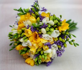 свадебный букет невесты из разноцветных цветов фрезии купить