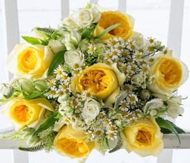 букет из пионовидных роз, ромашек и альстромерий купить