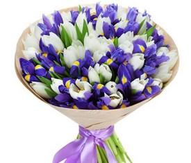 букет из цветов синих ирисов и белых тюльпанов