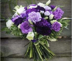 букет из цветов гвоздики и лизиантусов