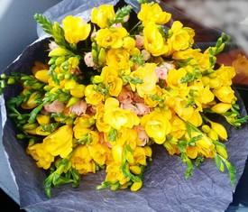 букет из цветов желтой фрезии и розовой кустовой розы