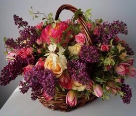 Корзина из сиреневой сирени и розовых тюльпанов