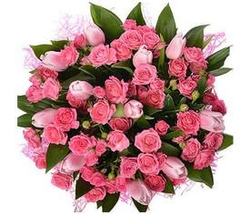 букет из цветов розовых тюльпанов и розовой кустовой розы