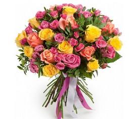 букет из цветов розовой и желтой кустовой розы