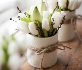 9 белых тюльпанов в кашпо