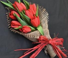 7 красных цветов тюльпанов в букете