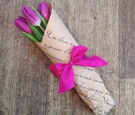 букет из 3 цветов тюльпанов в крафте
