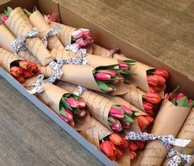 букет из 5 тюльпанов в крафте