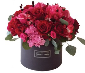 альстромерии, розы и гортензии в коробке