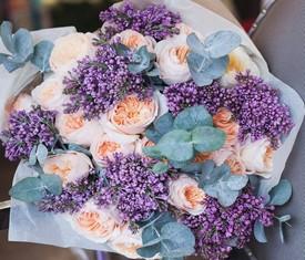 букет из цветов сирени и пионовидных роз